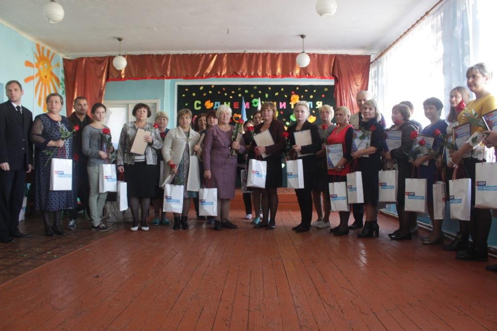 Представители Общественного движения «Мир Луганщине» поздравили учителей прифронтовой территории с Днем работника образования 2