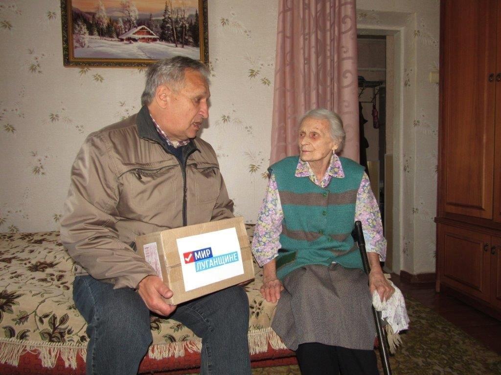В рамках акции «Как живешь, ветеран?» активисты ОД «Мир Луганщине» посетили ветеранов Великой Отечественной войны Стаханова 5