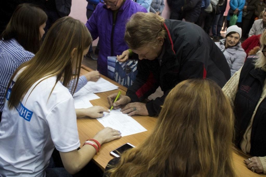 Активисты проекта «Волонтер» передали гуманитарную помощь коммунальщикам Луганска 3