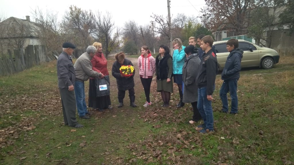 Активисты села Хорошее Славяносербского района посетили участника боевых действий 2