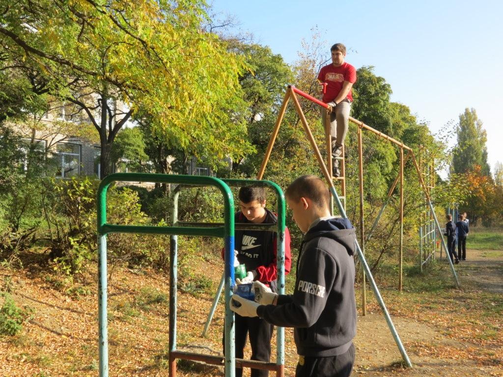 Активисты Брянки провели субботник по благоустройству детской спортивной площадки 3