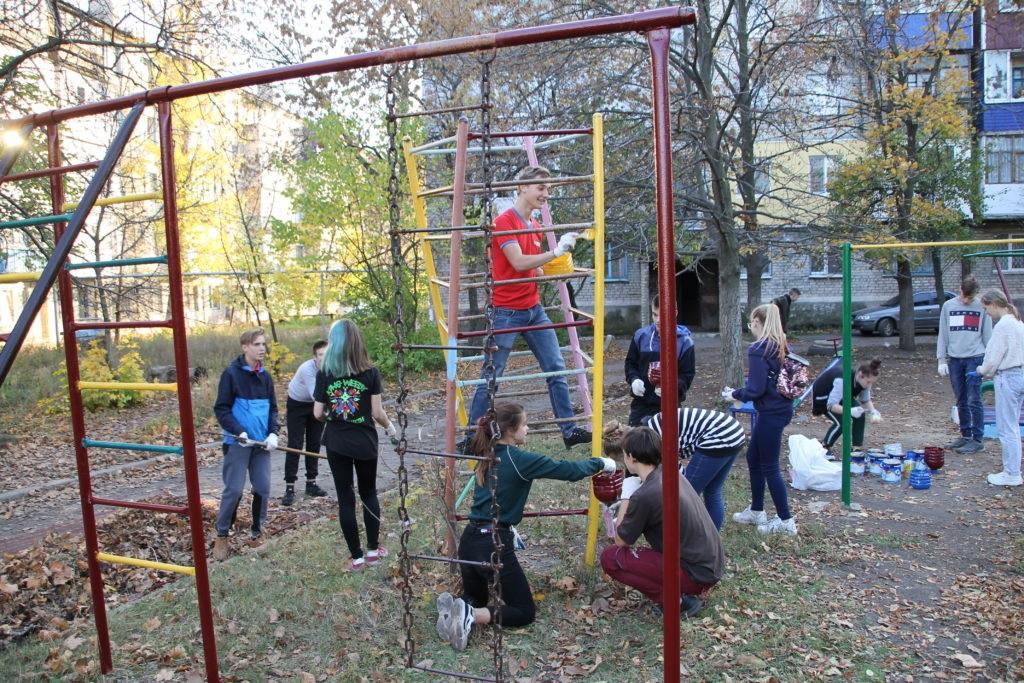 Активисты проектов ОД «Мир Луганщине» провели субботник в Антраците на одной из детских площадок города 2