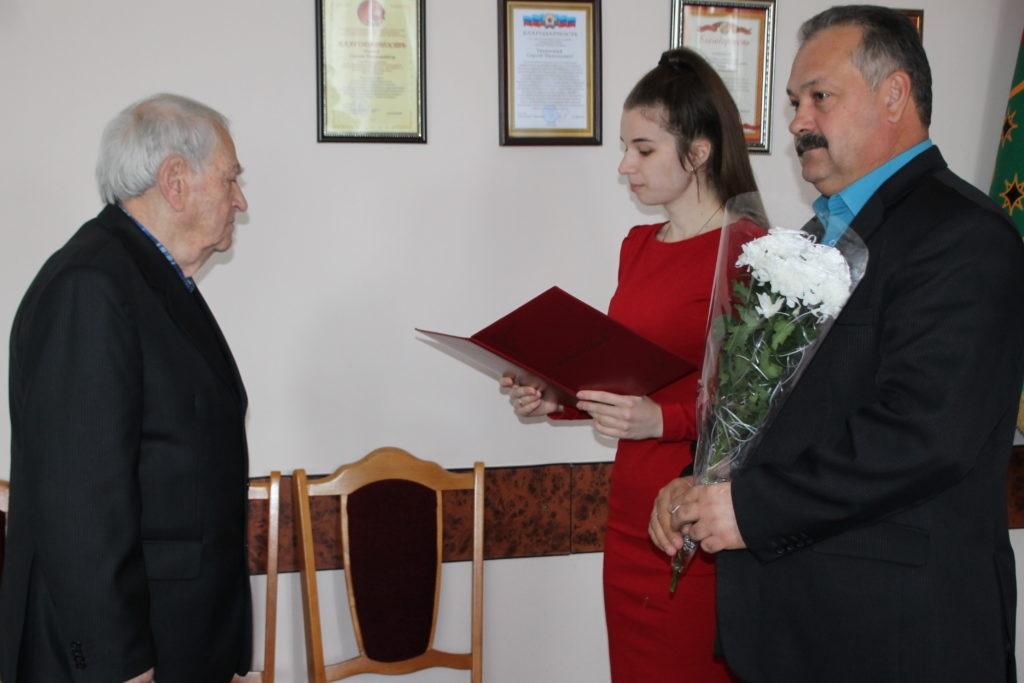 Сергей Саенко поздравил с 85-летием почетного гражданина в Антраците 2