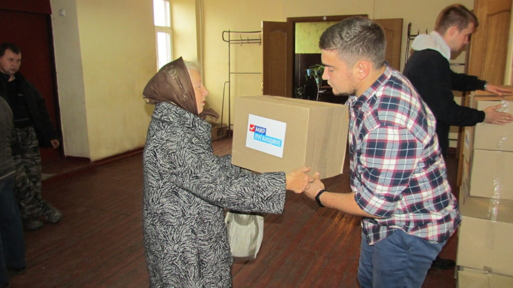 Участники проекта «Волонтер» ОД «Мир Луганщине» передали продуктовые наборы жителям Сабовки 5
