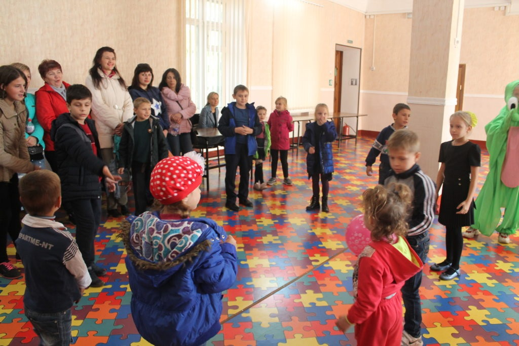 В Перевальске от проекта «Волонтёр» передали продуктовые наборы жителям 1