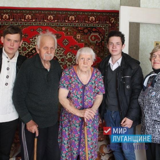 Активисты проектов «Молодая гвардия» и «Волонтёр» поздравили ветеранов 1