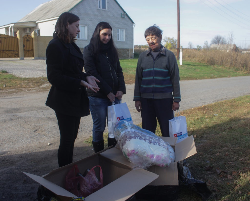 Волонтеры из России передали гуманитарную помощь единственной жительнице прифронтового села Сокольники 3