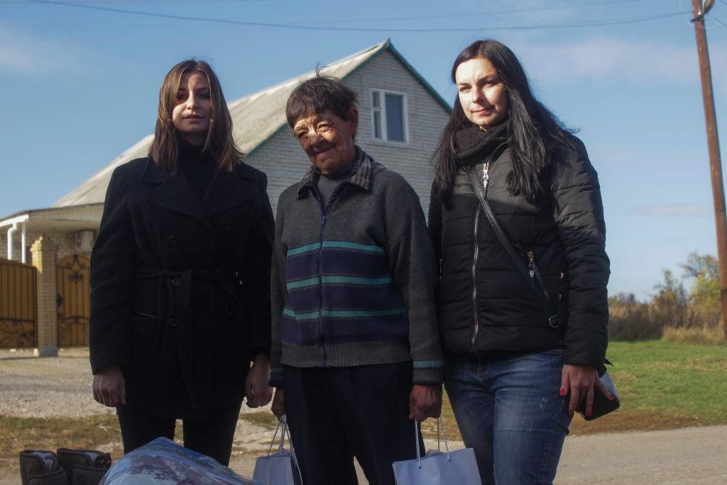 Волонтеры из России передали гуманитарную помощь единственной жительнице прифронтового села Сокольники 4