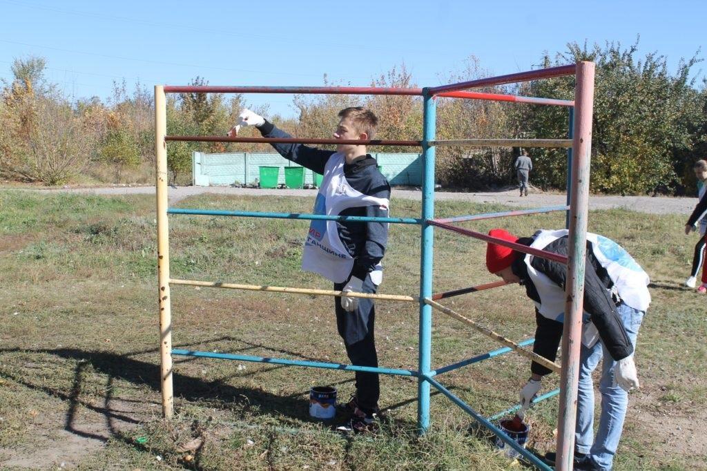 В Перевальске активисты проекта «Молодая гвардия» привели в порядок детскую площадку 3