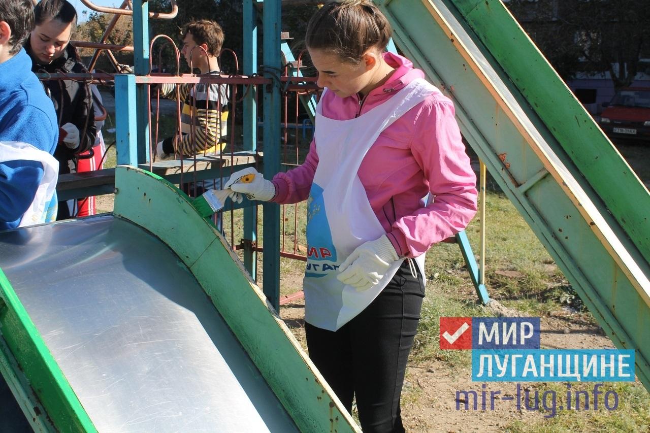 В Перевальске активисты проекта «Молодая гвардия» привели в порядок детскую площадку 1