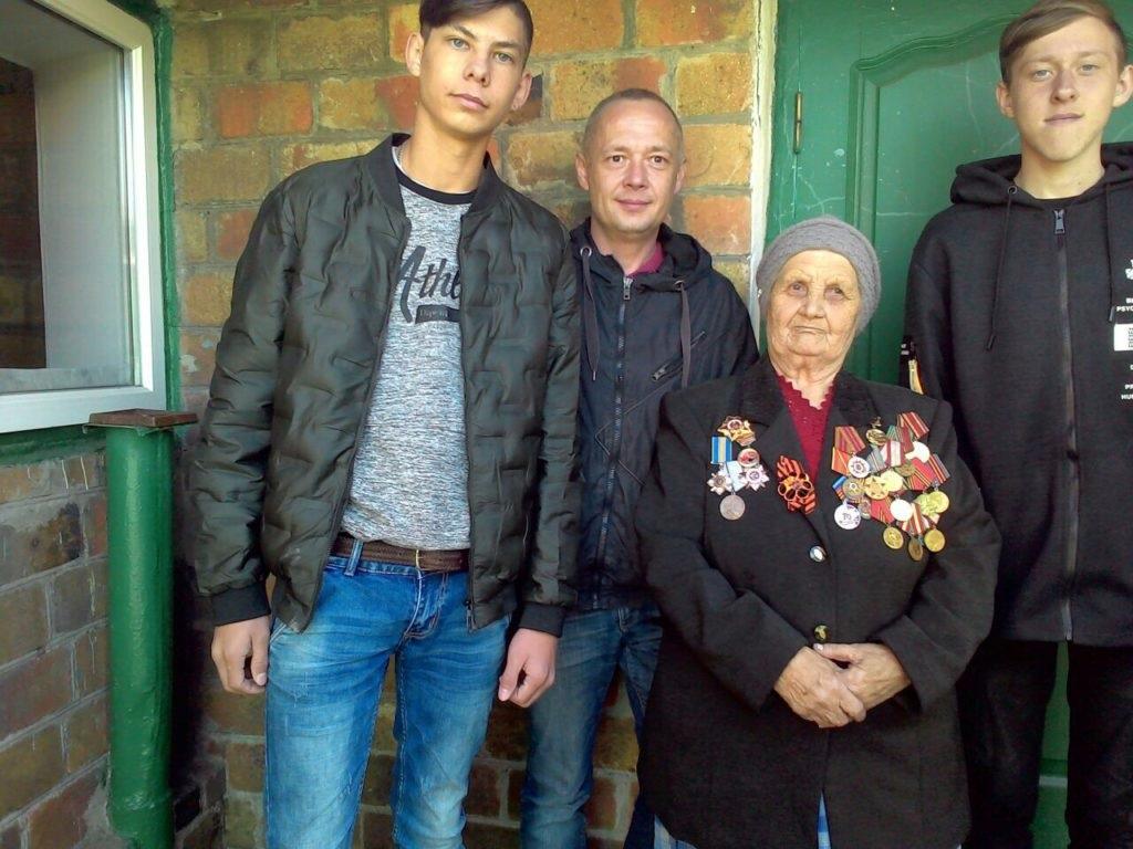 Активисты Общественного движения «Мир Луганщине» и проекта «Молодая гвардия» оказали помощь в ремонте крыши ветерану в Лутугино 2