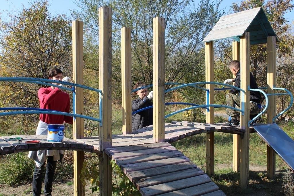 Активисты Алчевска провели субботник по благоустройству детских площадок 4