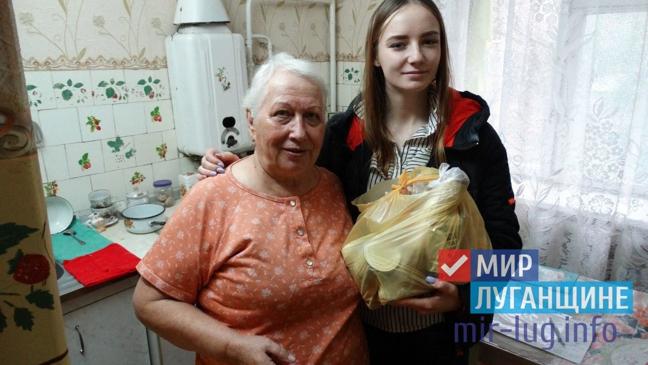 Активисты проекта «Волонтер» ОД «Мир Луганщине» передали помощь 12 луганчанам от ЛЭМЗ 1