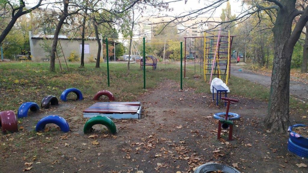 Активисты проектов ОД «Мир Луганщине» провели субботник в Антраците на одной из детских площадок города 3