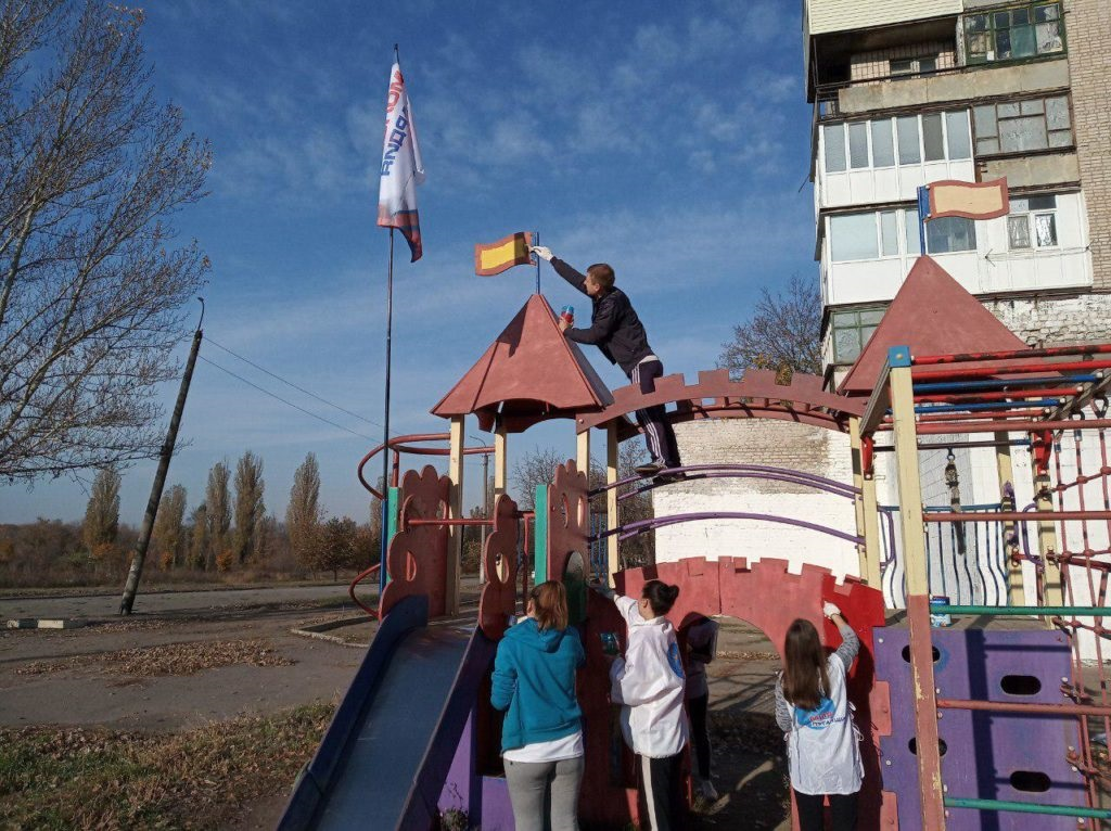 Активисты проекта «Молодая гвардия» ОД «Мир Луганщине» провели субботник в Красном Луче 2