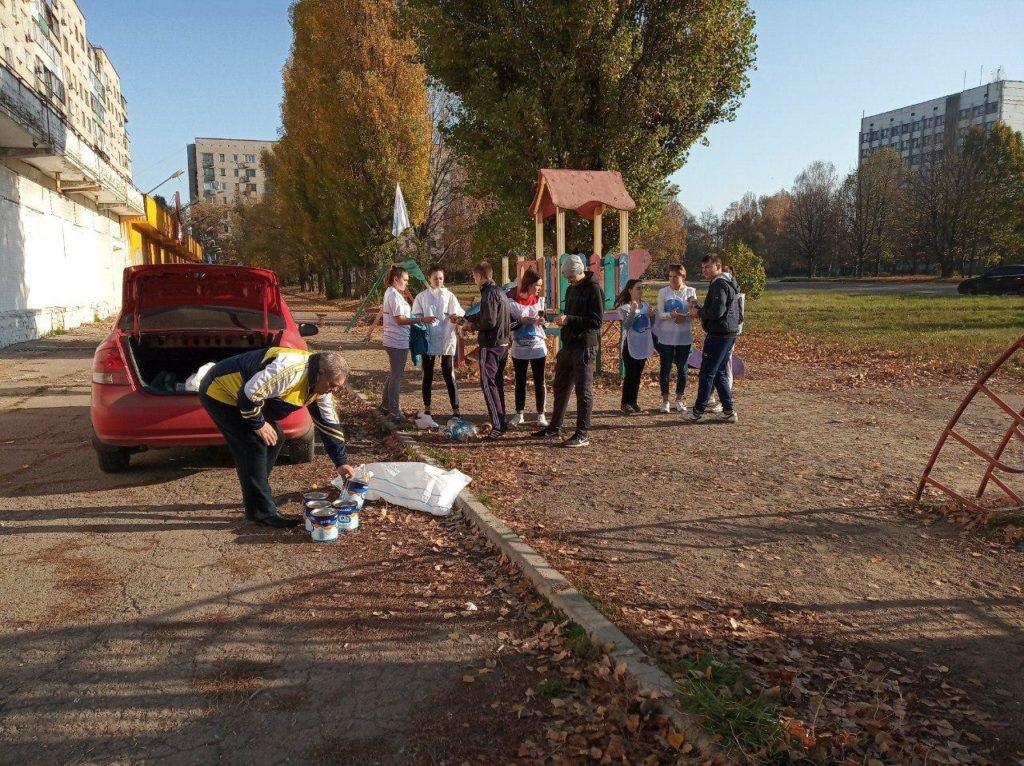 Активисты проекта «Молодая гвардия» ОД «Мир Луганщине» провели субботник в Красном Луче 4