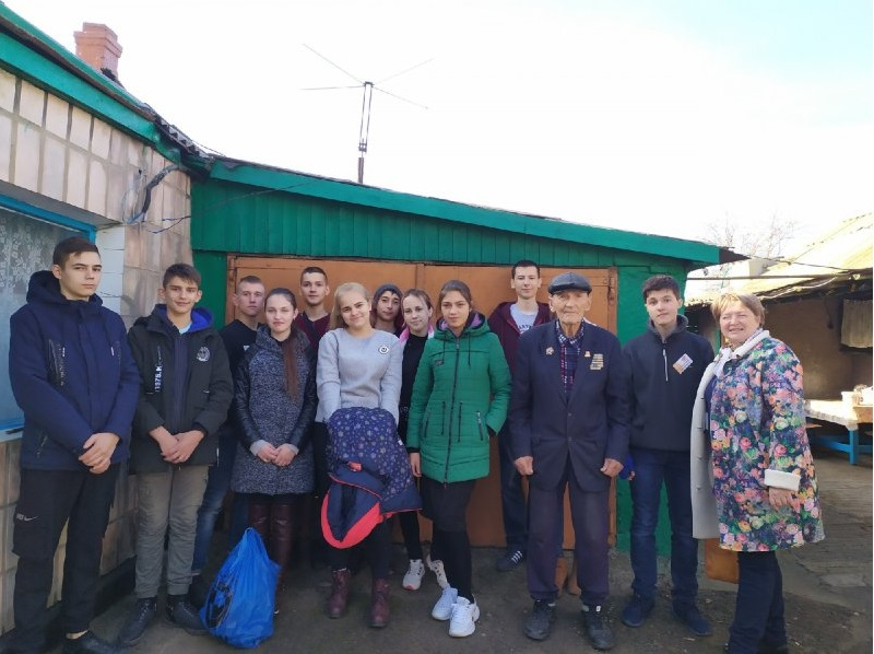 Краснодонские ученики посетили ветерана-фронтовика Великой Отечественной войны 1