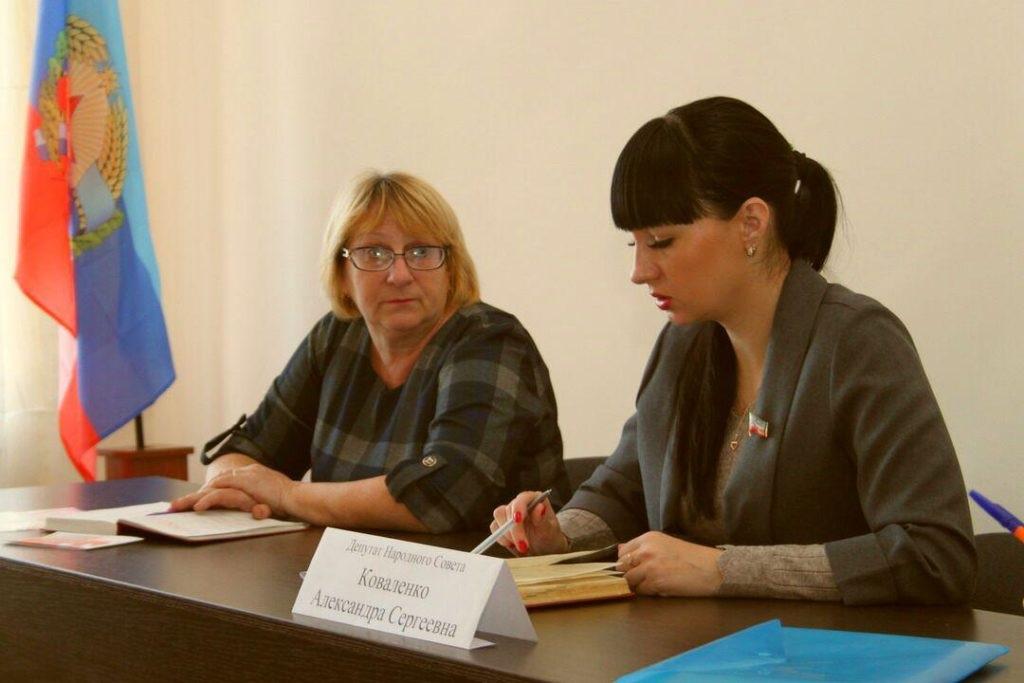 Депутат Народного Совета ЛНР Александра Коваленко провела встречу с жителями поселка Новосветловка 2