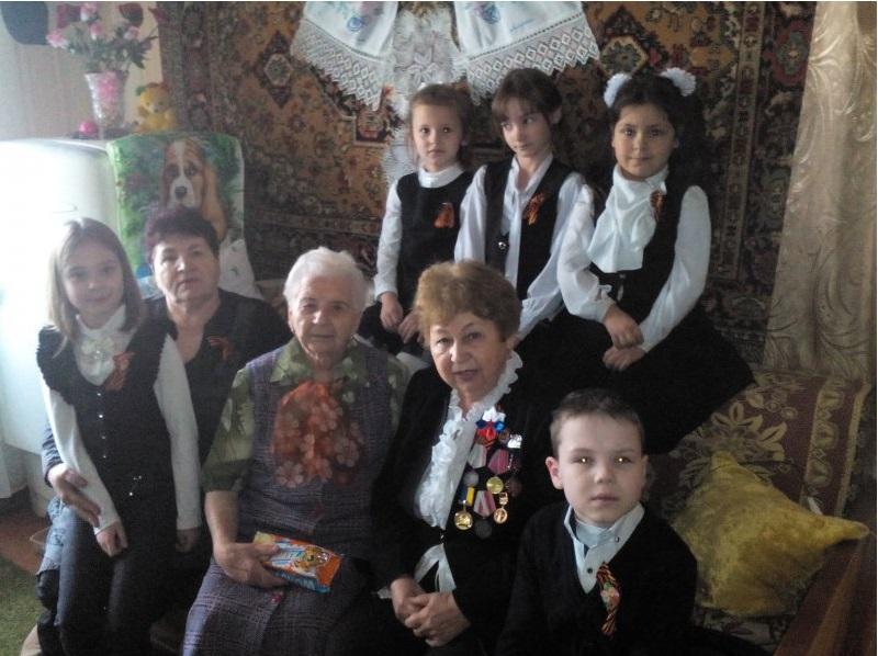 Школьники Молодогвардейска посетили ветеранов на дому 3