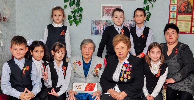 Школьники Молодогвардейска посетили ветеранов на дому 1