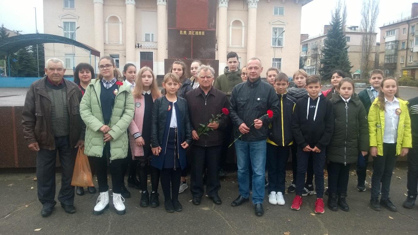 В Лутугино прошла акция, приуроченная 102-й годовщине Октябрьской революции 1