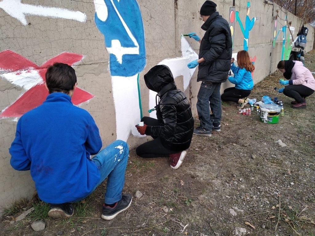 Активисты Перевальска раскрасили стену правилами дорожного движения 2