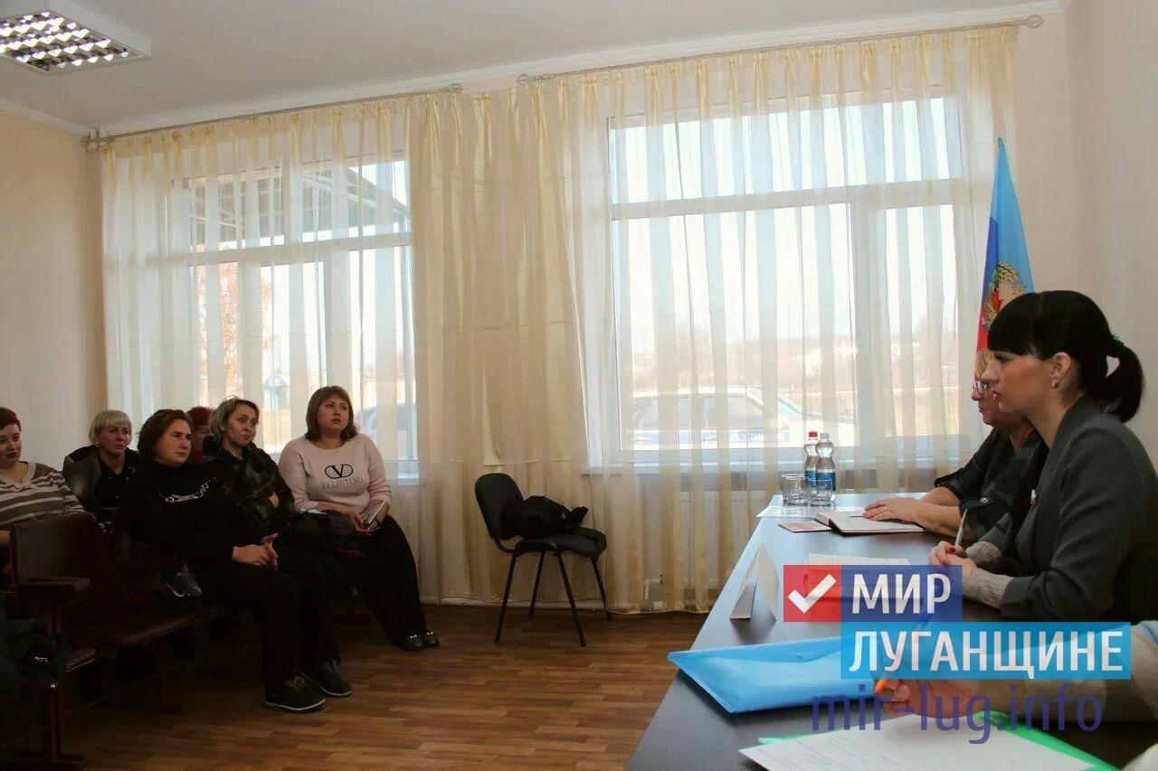 Депутат Александра Коваленко провела встречу с жителями поселка Новосветловка Краснодонского района ЛНР 2