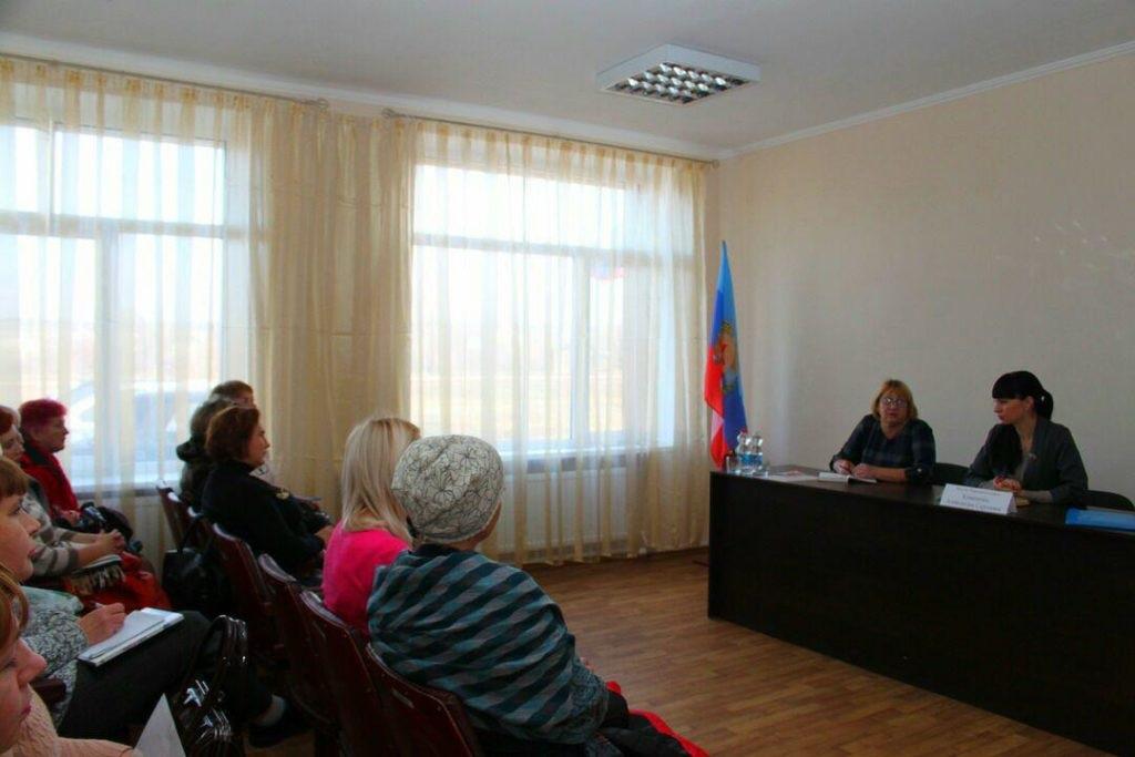 Депутат Народного Совета ЛНР Александра Коваленко провела встречу с жителями поселка Новосветловка 1