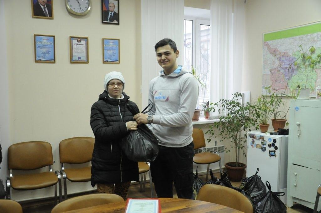 Активисты проекта «Волонтер» помогли жителям Свердловска продуктовыми наборами 3