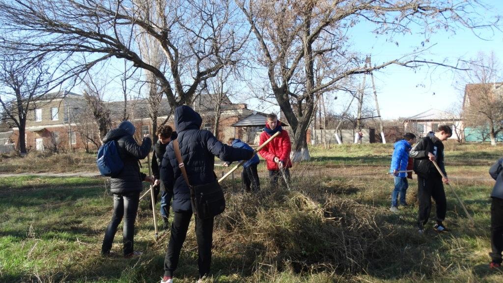 Активисты Общественного движения «Мир Луганщине» провели субботник в одном из луганских скверов 4
