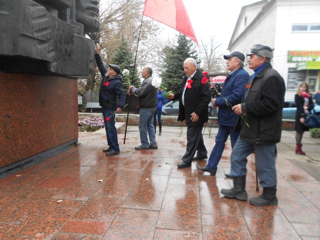 В Ровеньках возложили цветы к памятнику «Борцам революции» 1
