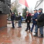 В Ровеньках возложили цветы к памятнику «Борцам революции»