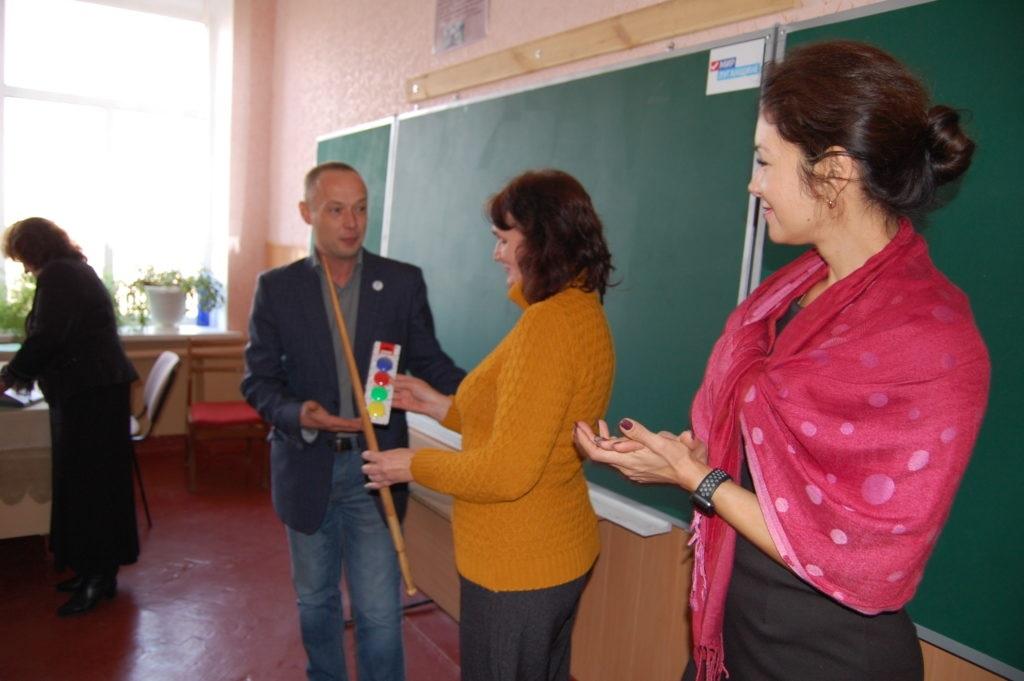 Подарок от ОД «Мир Луганщине» получила Лутугинская школа – лицей №1 3