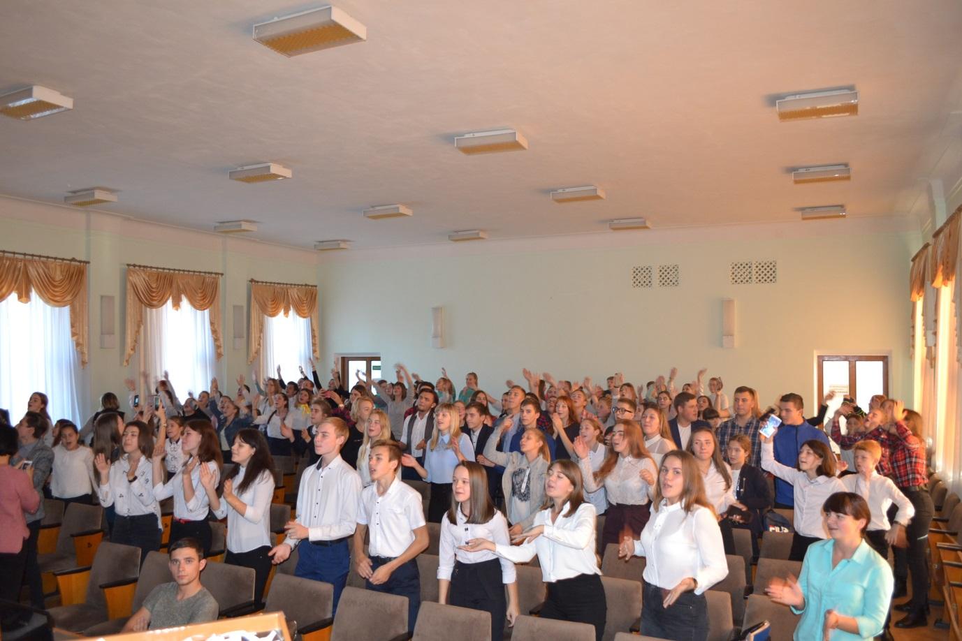 В Ровеньках состоялось развлекательное мероприятие «Молодежное караоке» 1