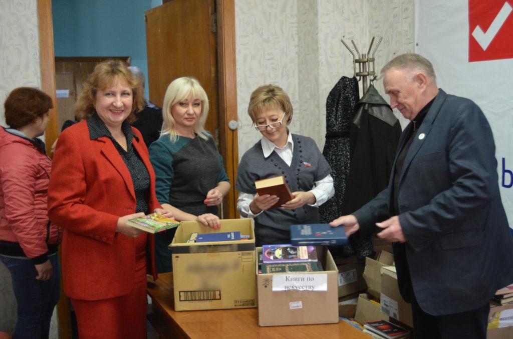 Светлана Алешина передала книги для центральной городской библиотеки и для городского методического кабинета Брянки 5