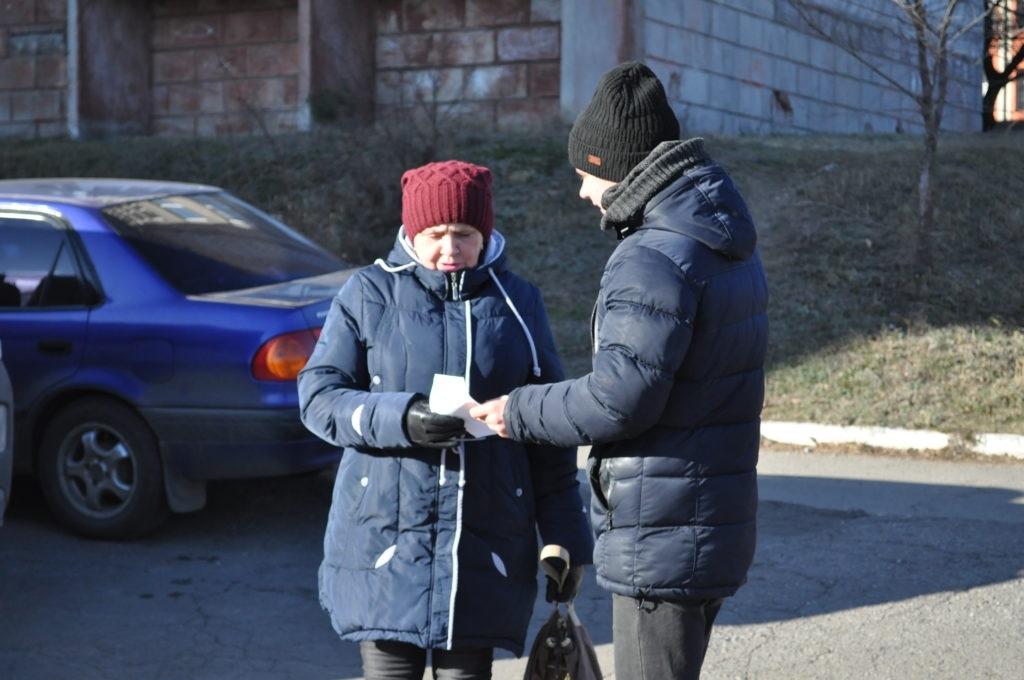 Брянковские активисты поздравили жительниц города с Днем матери 3