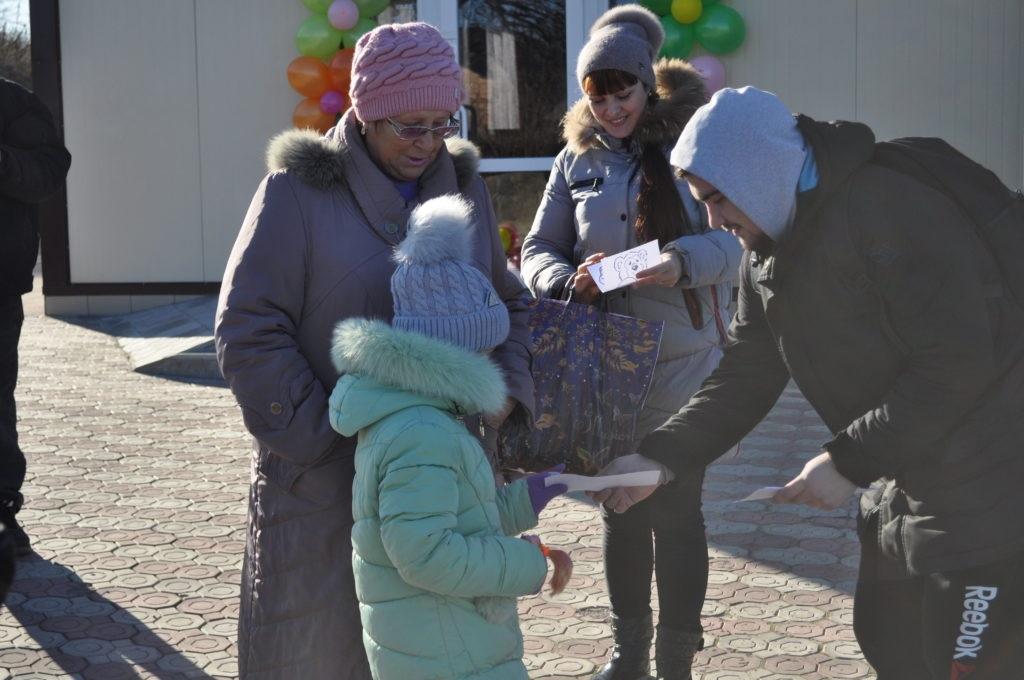 Брянковские активисты поздравили жительниц города с Днем матери 5