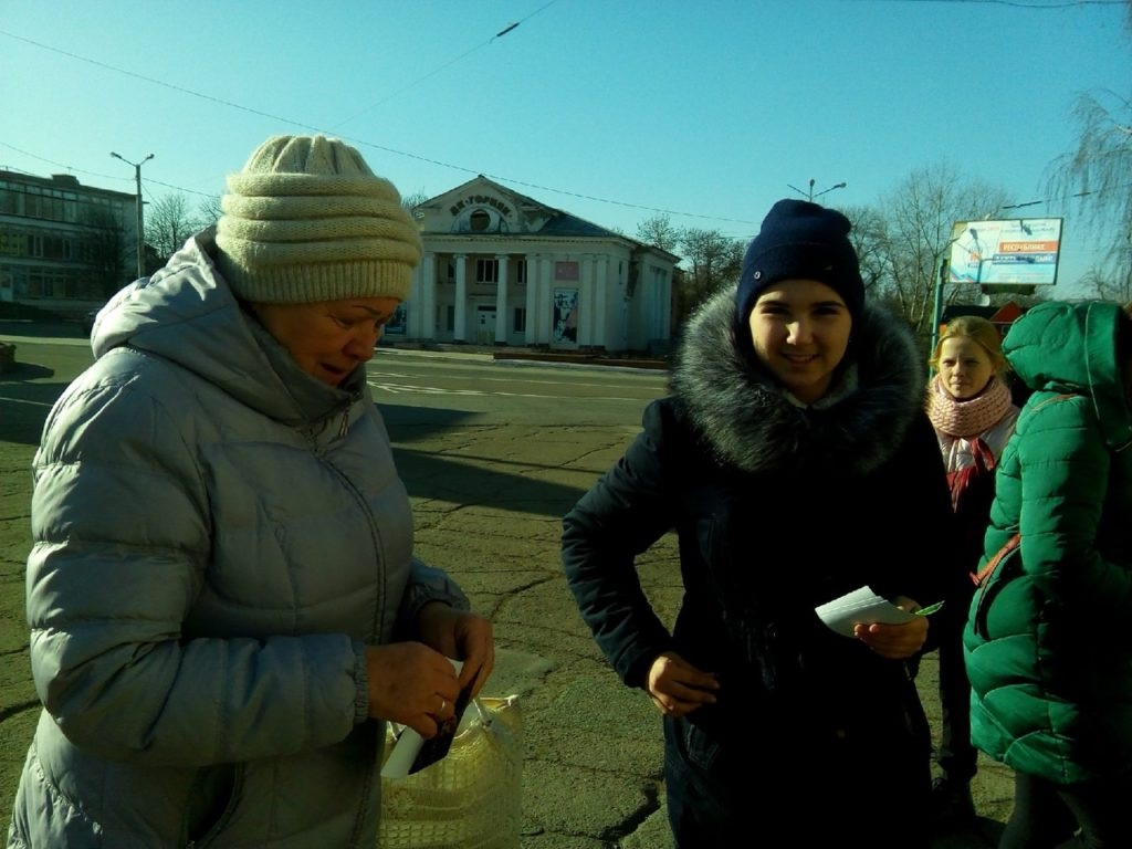 Активисты Перевальска поздравили жителей города с Днём матери 3