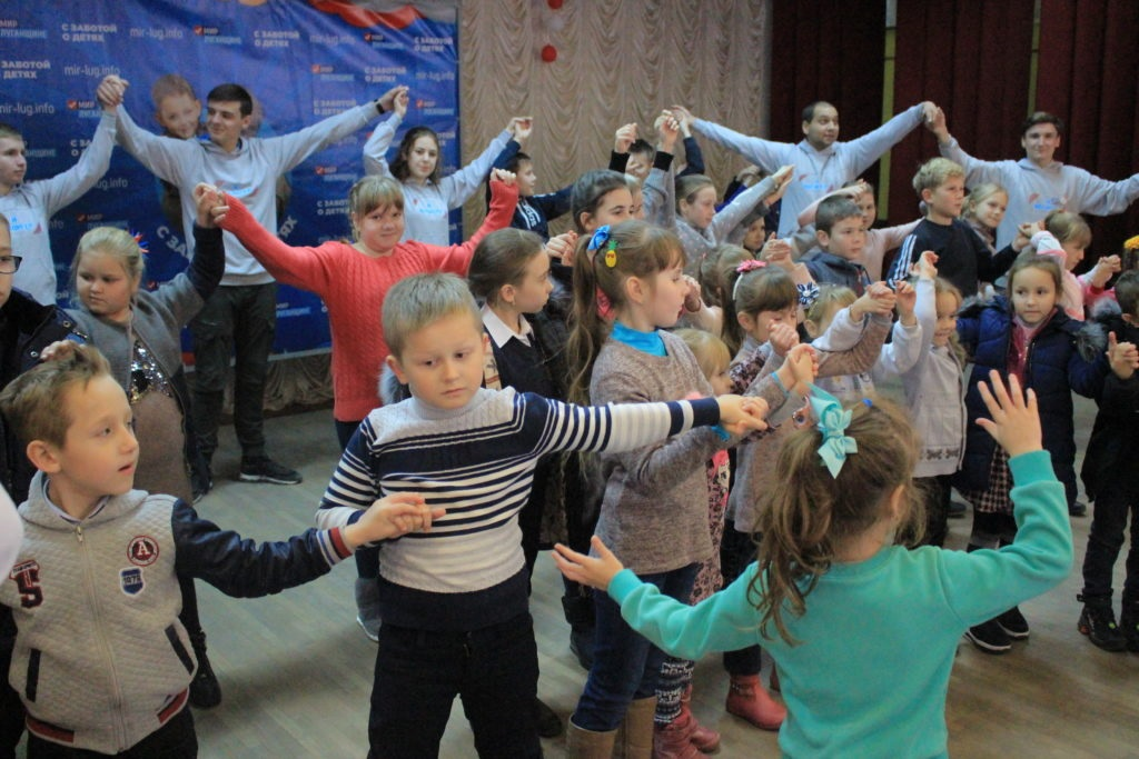 Активисты Общественного движения «Мир Луганщине» устроили праздник для детей работников медицинской сферы 3
