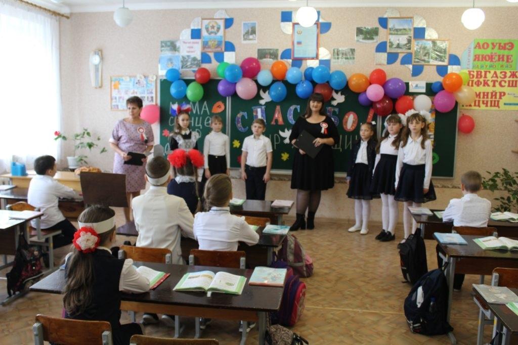 Кировская школа получила подарок – школьную доску от ОД «Мир Луганщине» 2