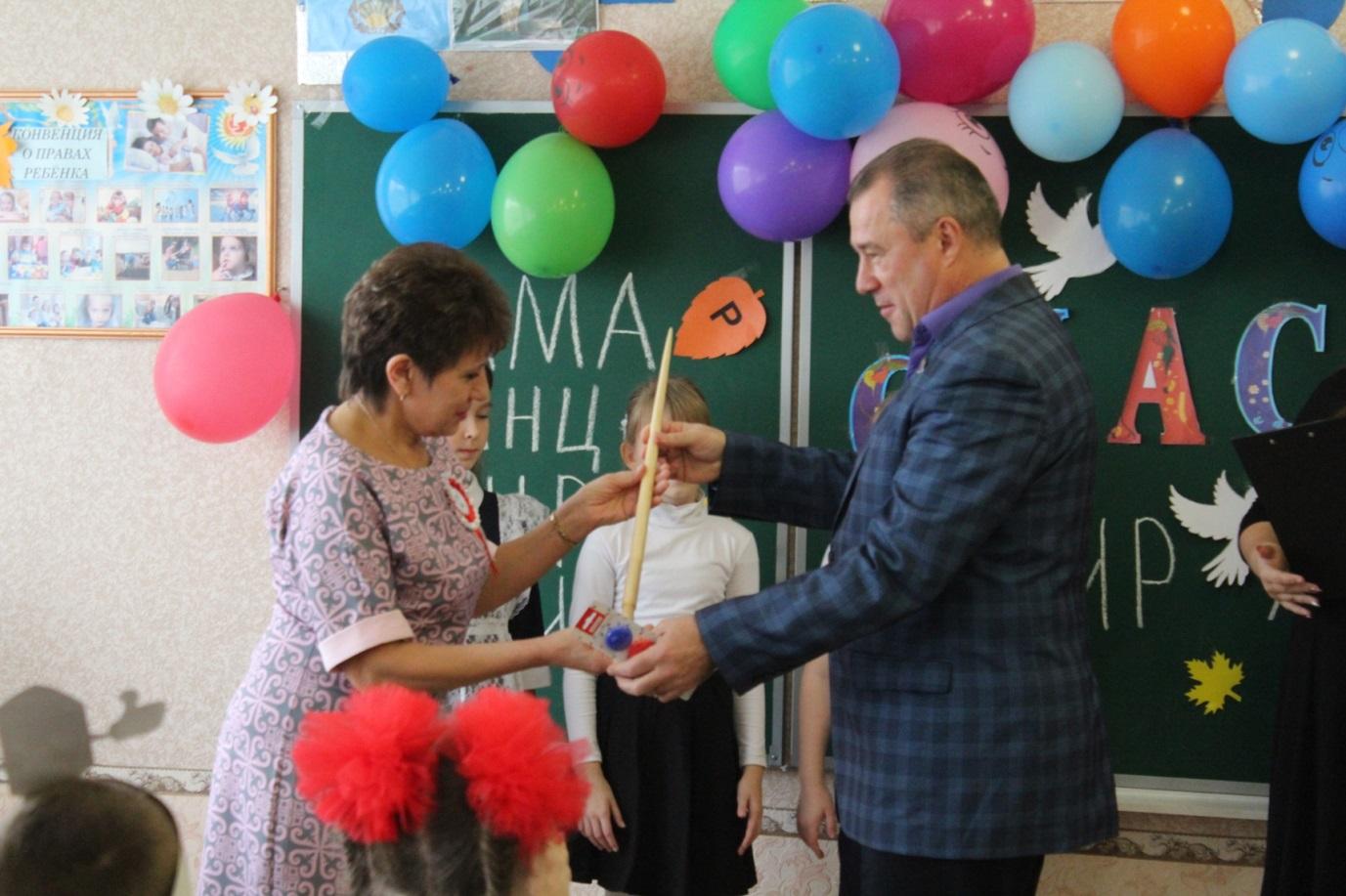 Кировская школа получила подарок – школьную доску от ОД «Мир Луганщине» 1