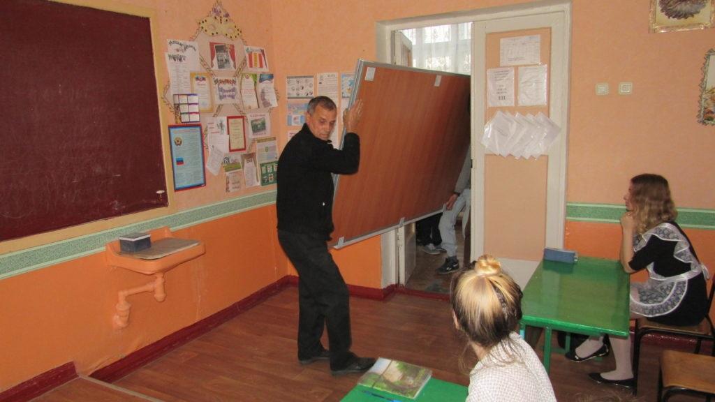 Стахановский учебно-воспитательный комплекс № 8 получил подарок от ОД «Мир Луганщине» – школьную доску 4