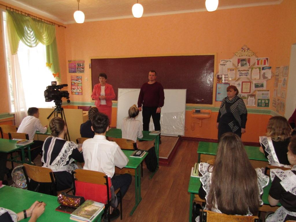 Стахановский учебно-воспитательный комплекс № 8 получил подарок от ОД «Мир Луганщине» – школьную доску 5