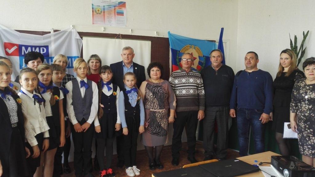 В селе Великий Суходол Краснодонского района школа получила подарок от ОД «Мир Луганщине» – школьную доску 3