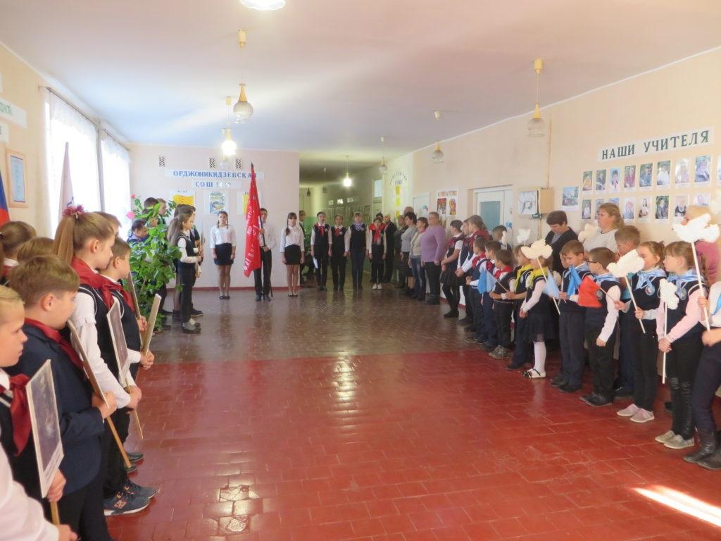 В поселке Орджоникидзе Краснодонского района прошла торжественная церемония передачи копии Знамени Победы 4