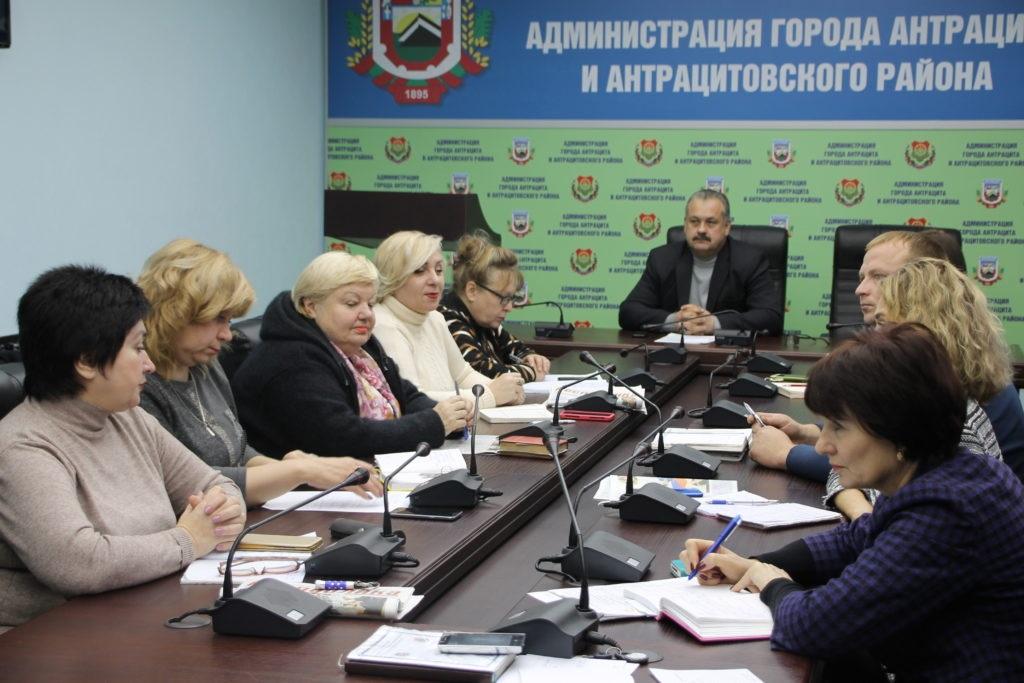 Прием граждан Главы Администрации города и района Сергея Саенко провели в Антраците 4