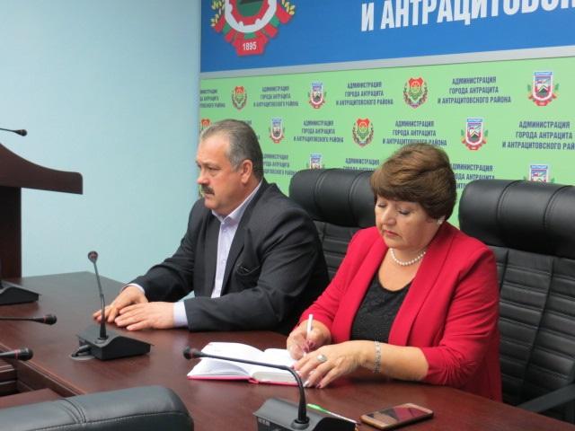 Елена Рахмукова и Сергей Саенко провели прием граждан в Антраците 1