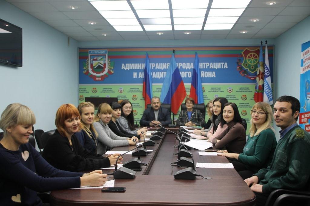 Круглый стол, посвященный Дню Государственно флага ЛНР, провели в Антраците 2