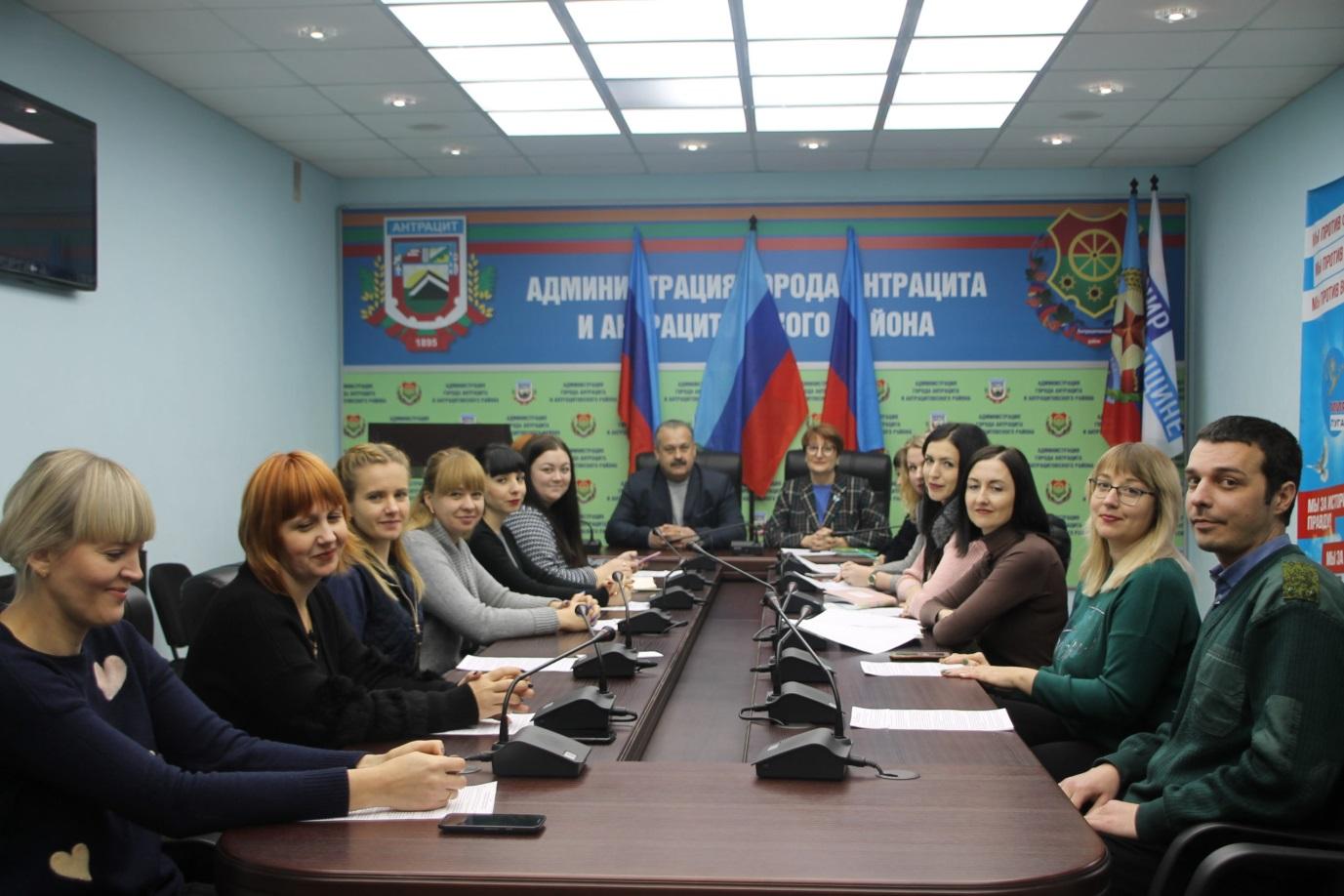 Круглый стол, посвященный Дню Государственно флага ЛНР, провели в Антраците 1