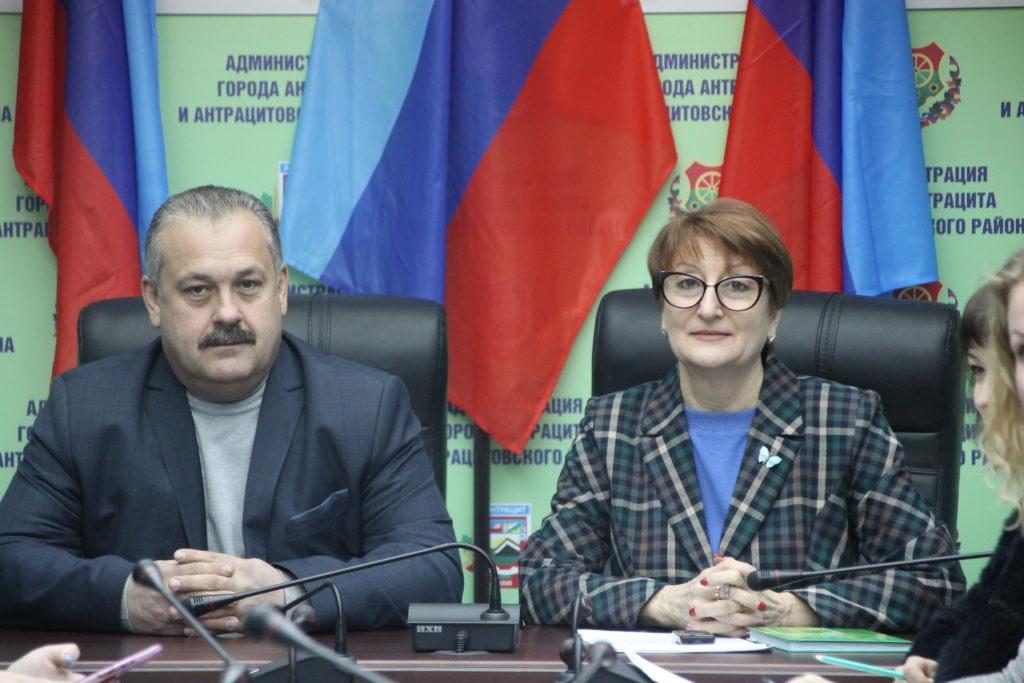 Круглый стол, посвященный Дню Государственно флага ЛНР, провели в Антраците 3